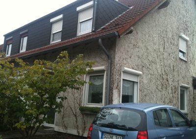 Hausfassade Seitenansicht (vorher Efeubewuchs)